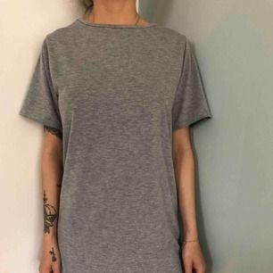 Grå översize T-shirt klänning från boohoo 32