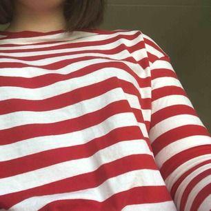 Långärmad röd tröja från hm i storlek S, skulle säga att den passar XS också.  Möta gärna upp men skickar gärna!