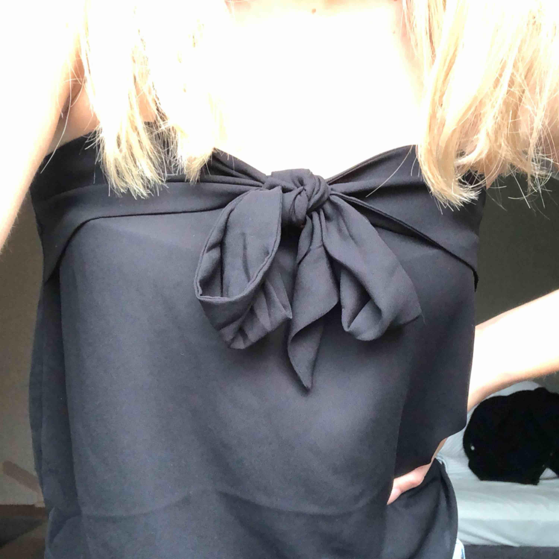 Jätte sött svart linne med rosett Från zara. Toppar.