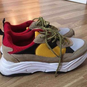 (FRAKTEN INGÅR REDAN I PRISET✨✨) Ett par snygga skor från K.cobler. Snöre som är vitt/svart istället för gult/svart kommer också med skorna.