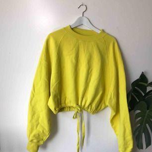 Helt ny sweatshirt från Weekday i stolek Small. Men ganska oversized. Kan mötas upp på söder annars kostar frakt 50 kr