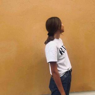 Tvärsnygg t-shirt från Carlings ⚡️ Använd men fint skick och passar till aaallt. Frakt står köparen för, tar swish 💫