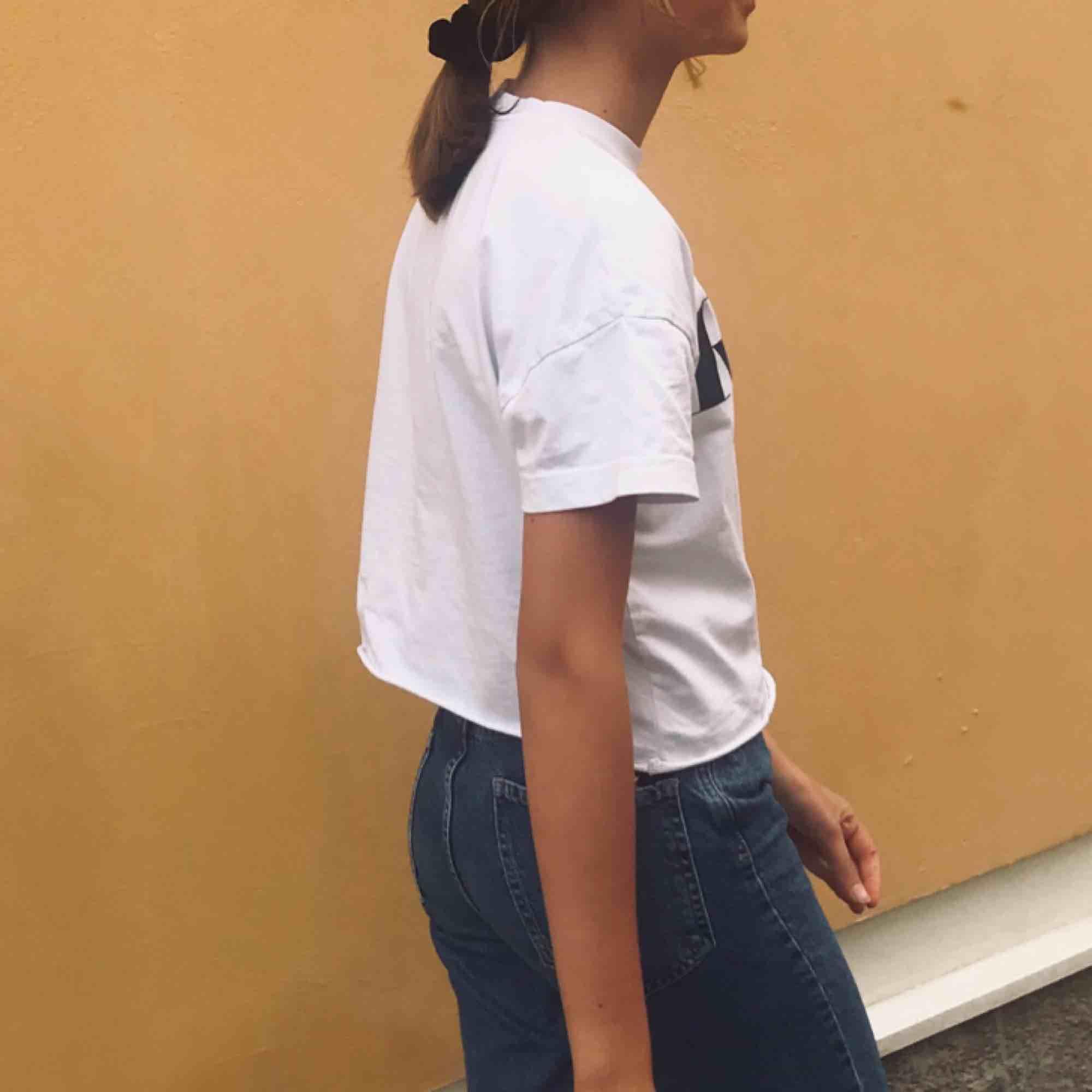 Tvärsnygg t-shirt från Carlings ⚡️ Använd men fint skick och passar till aaallt. Frakt står köparen för, tar swish 💫. T-shirts.