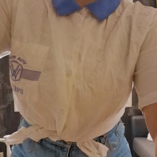 Svin sjörn skjorta med lila krage och tryck på bröst fickan (Viva Moda - Sport Club)