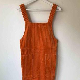 Orange Manchester klänning från Weekday. Helt ny! Går bra att hämta på Södermalm annars kostar frakt 50 kr.