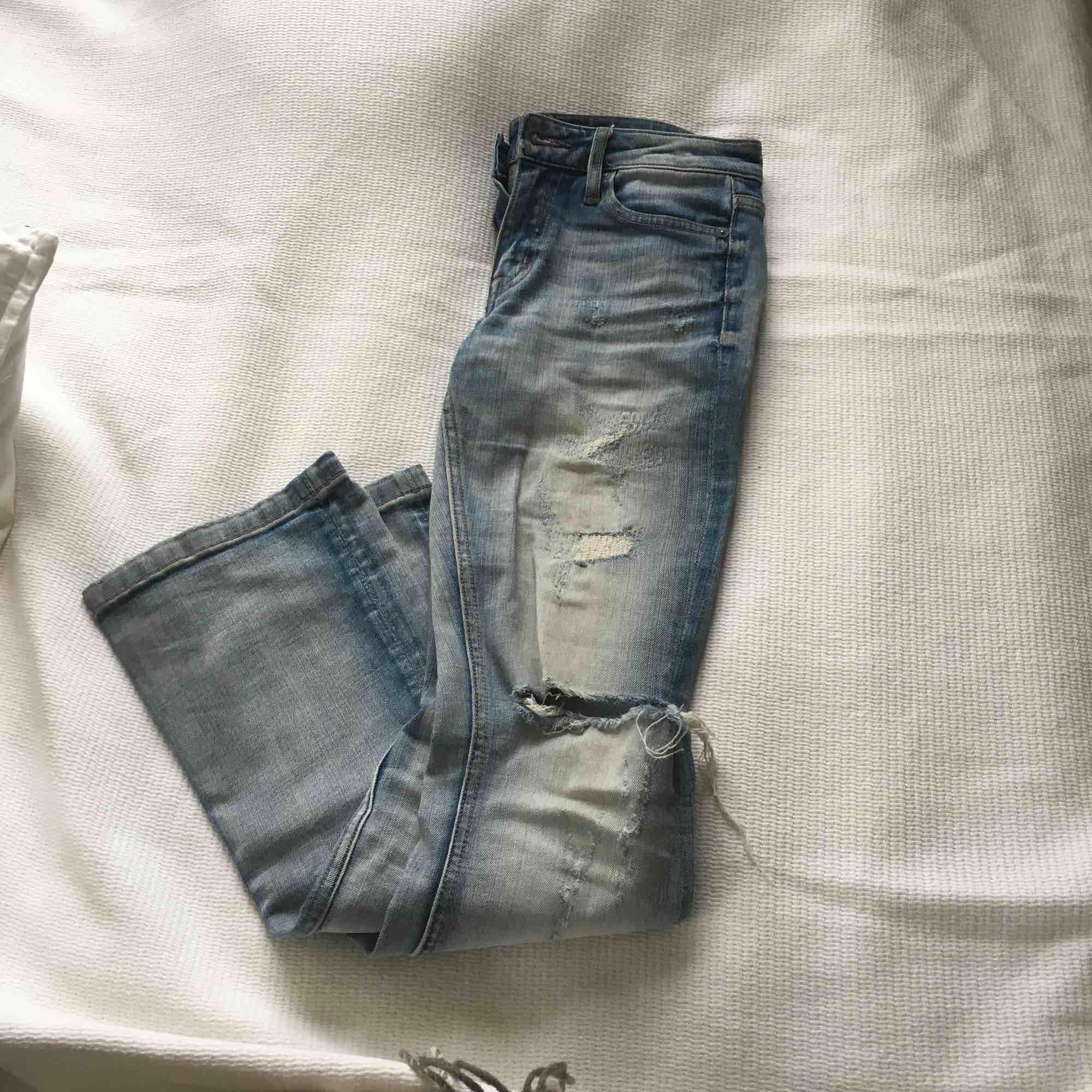 Ett par snygga crocker jeans. Köpta för ca 800 kr som jag kmr ihåg det. De är ljusa och ripped med ett hål på ena knät. De sitter väldigt bra över röven och de är närmare lågmidjade än högmidjade, de är även bootcut . Jeans & Byxor.