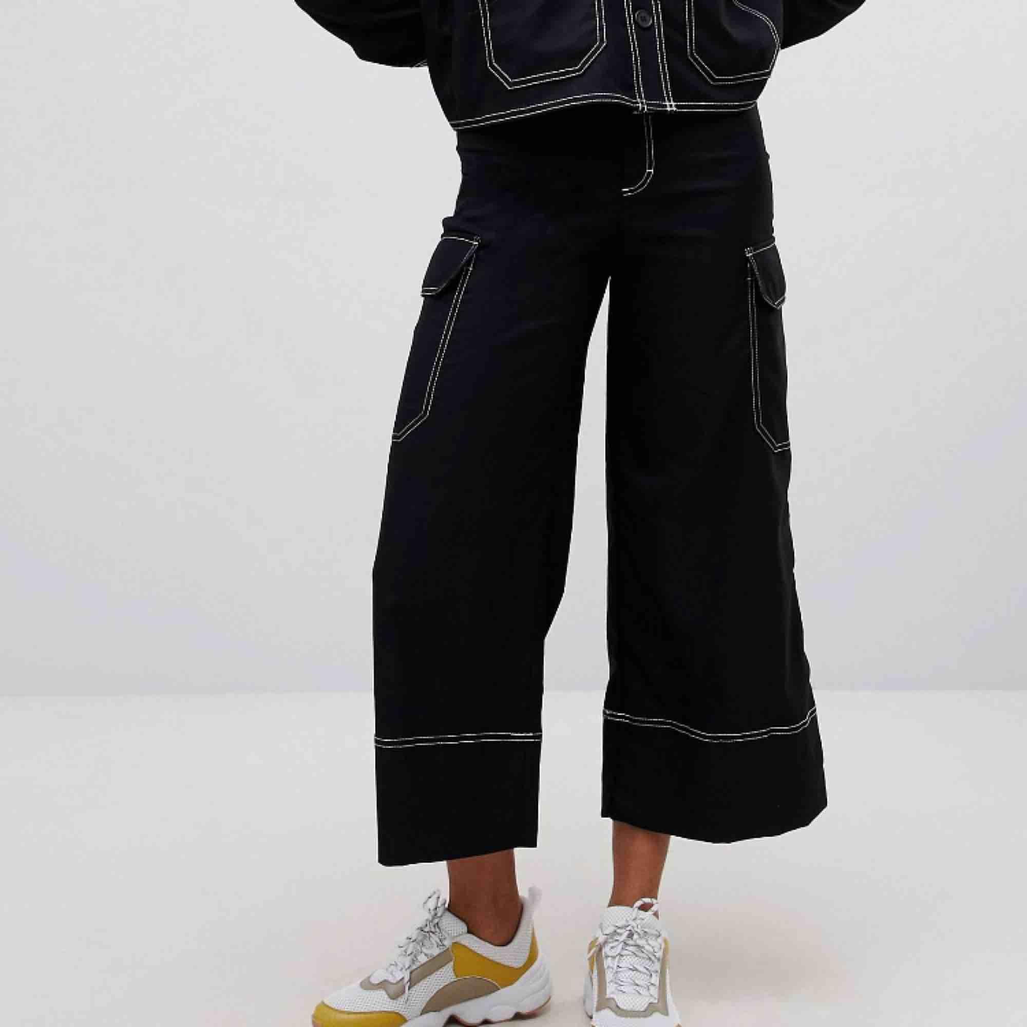 Svarta vida cargobyxor med kontrastsöm. Från monki aldrig använda! . Jeans & Byxor.