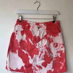 Röd Vit Tie dye denim kjol från Weekday. Helt ny! Går bra att hämta på Södermalm annars kostar frakt 50 kr.