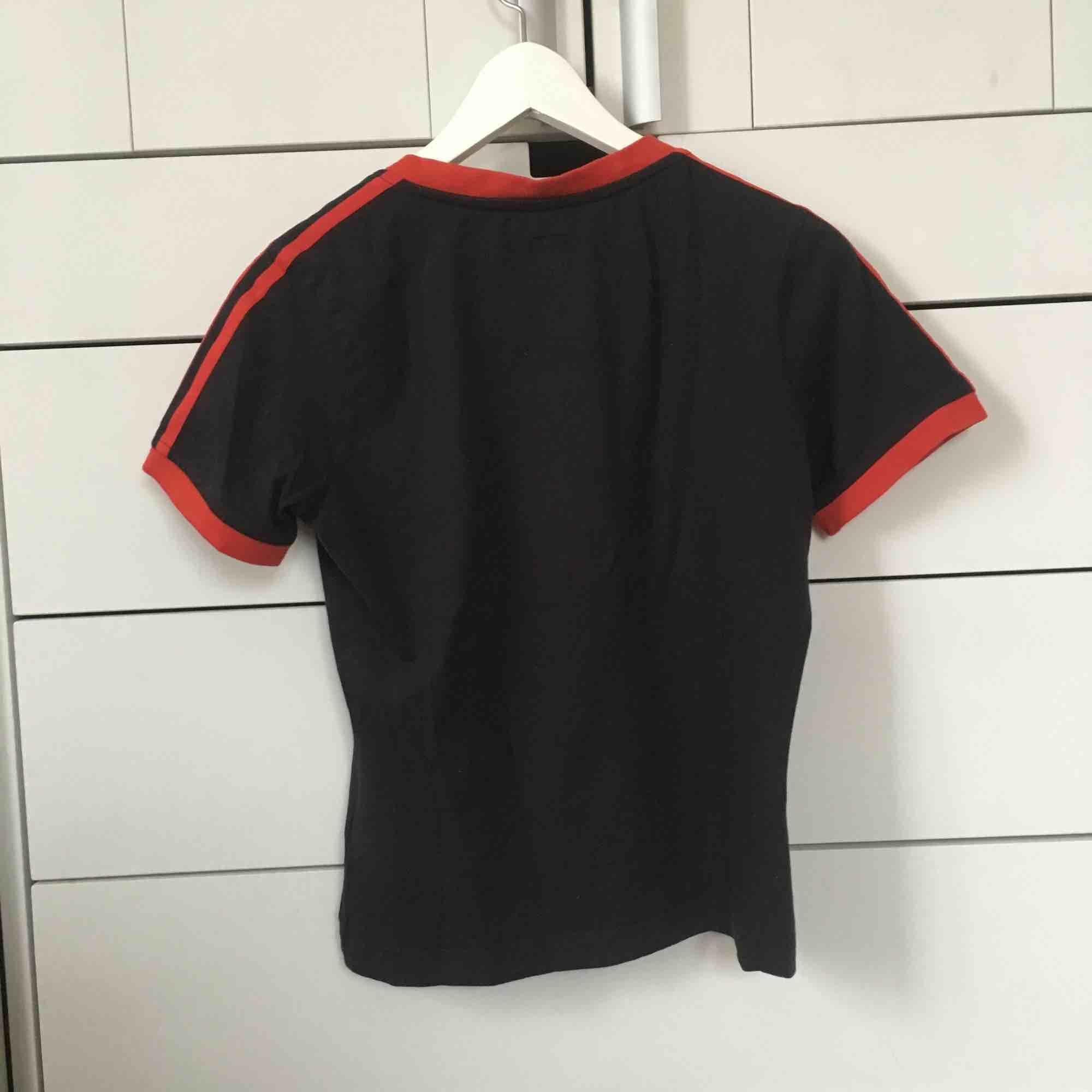 En sjuukt snygg tröja vet knappt varför jag säljer den.. T-shirts.