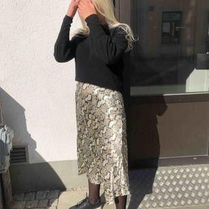 Kjol ifrån H&M , den är i storlek 44 men är själv än S/M har haft säkerhetsnål vilket inte syns om man vill ha de😊