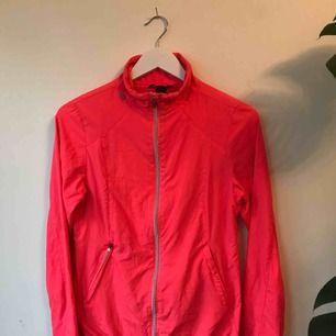 Neon Rosa träningsjacka från HM Sport. Använd ett fåtal gånger. Går bra att hämta på Södermalm annars kostar frakt 50 kr.