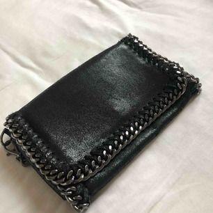 """kuvertväska ifrån zalando! en superfin handväska med mörk kedja, materialet är fejk skinn och """"skimrar"""". köparen står för frakt!"""