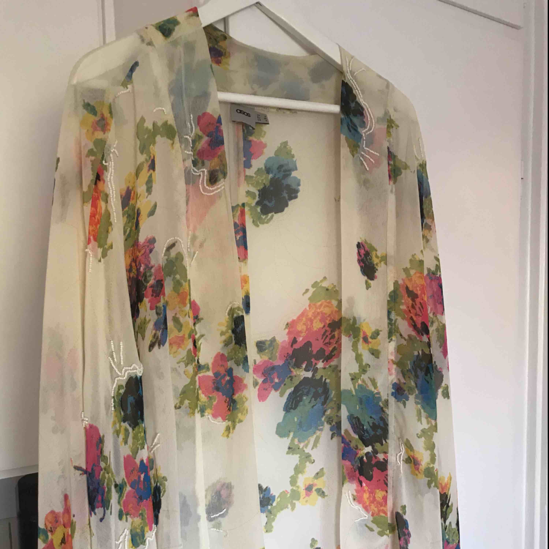 Säljer denna superfina öppna kimono/tunika från asos strl 36. Den är lite halvt transparent med mönster och superfina fransar på det vida armarna. Jättefint att ha över klänning eller liknande nu till sommaren. Fint skick! . Tröjor & Koftor.