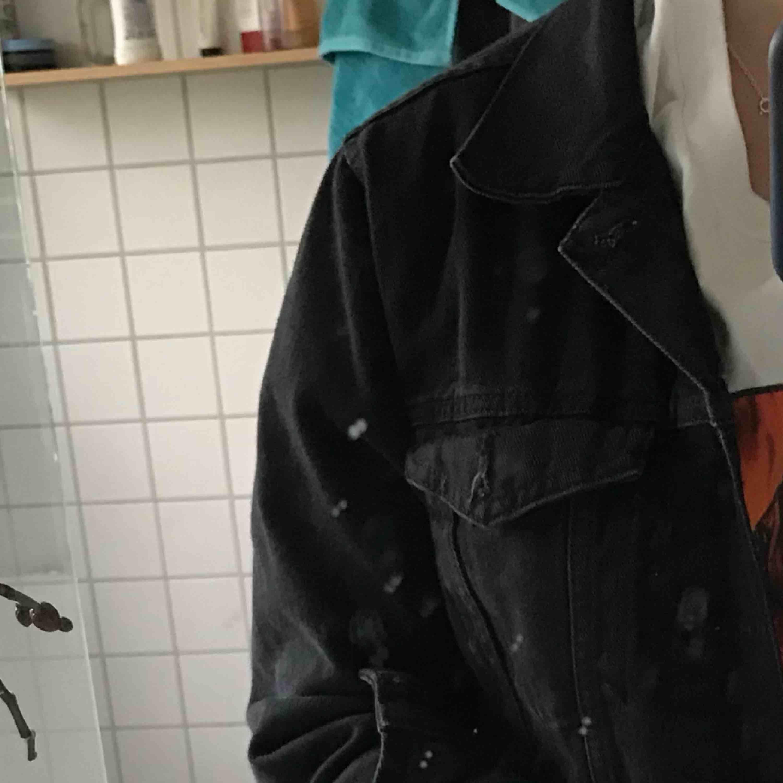 Ordpris runt 500kr. Svart jeansjacka som är använd sen i julas, men är i ett bra skick. Jag är 168cm lång och bär i vanligt fall storlek S, på mig passar den perfekt. . Jackor.