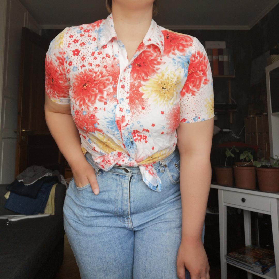 Mysig sommar tjorta med blommigt mönster. Passar perfekt till en härlig sommar kväll. Skjortor.