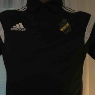 AIK piké tröja i svart.