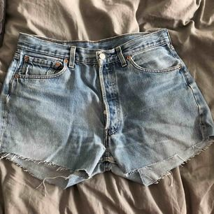 Ett par avklippta högmidjade Levi's jeans 501🌸
