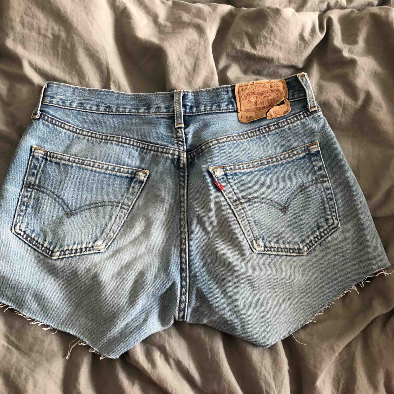 Ett par avklippta högmidjade Levi's jeans 501🌸 Det låga priset är pga att dom är väldigt slitna, inget man tänker på när man har på sig dom🌸. Jeans & Byxor.
