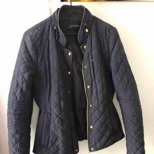En skitsnygg jacka från Zara, använde den förra hösten och våren. Köpte jackan för ca.699kr säljer för 100kr, står ej för postens slarv!(pris kan diskuteras vid snabb affär)🌸