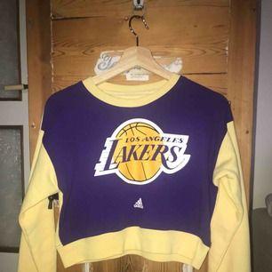 Tjaa💞💫 här är en fet tröja, som är som en magtröja, en snygg Lakers tröja med bra skick! Köpt för 500kkr men säljer för 100kr, kontakta gärna om du ör intresserad🤘🏽💞