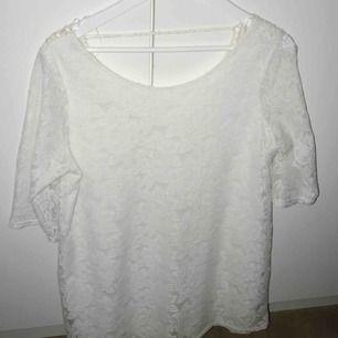 En vit Studentklänning/skolavslutnings klänning i storlek L. Inköpt för 5 år. Använd 1 gång. Frakt ingår i priset