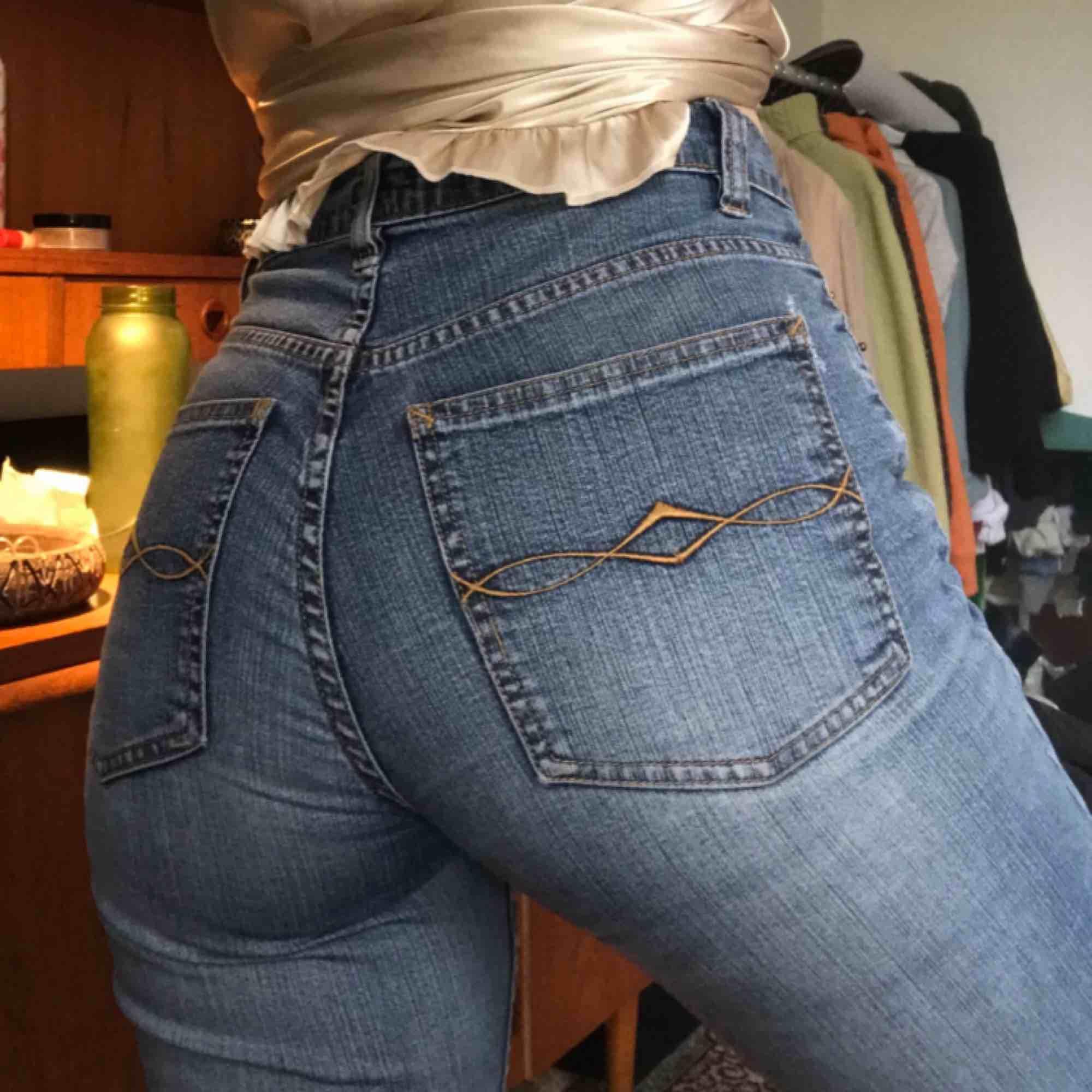 Skitsnygga jeans från gamla H&M i äldre stuk som jag klippt av med lite bootcut 🌼. Jeans & Byxor.