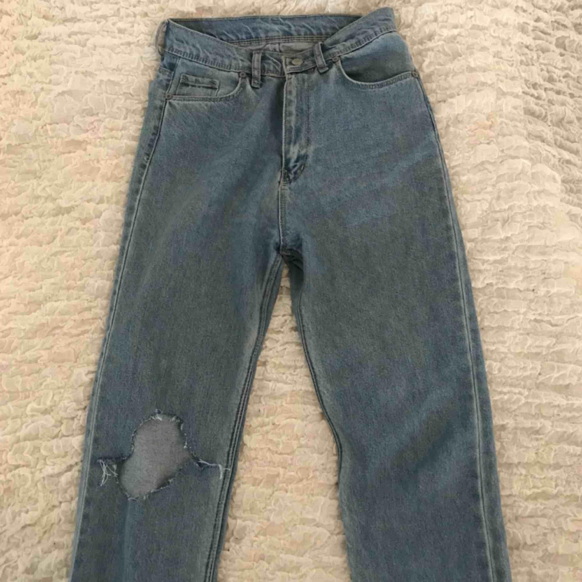 Mom jeans från boohoo. Storlek 34 men små i storleken så skulle även passa som 32. Kan mötas upp i Stockholm annars står köparen för frakt. . Jeans & Byxor.