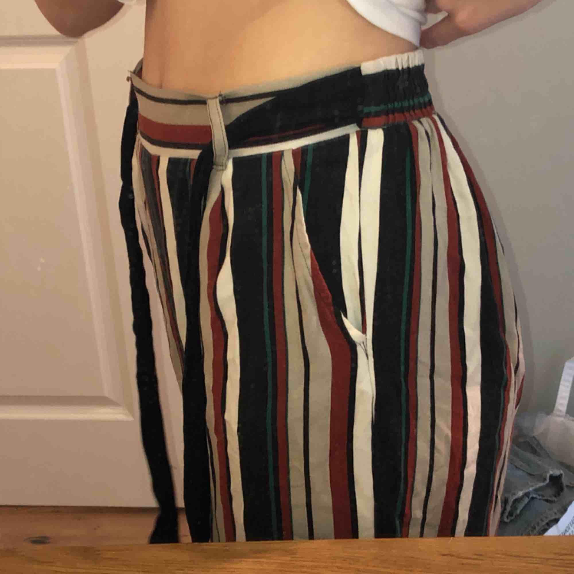 Sköna byxor köpta i Grekland! De är korta till modellen och har fickor och knytbart band. Delar på frakten!. Jeans & Byxor.