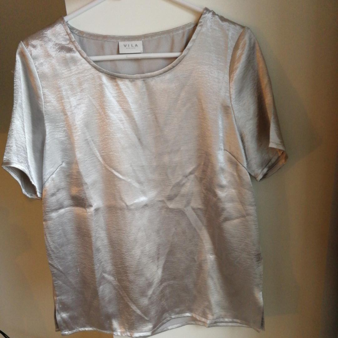 Silvrig t-shirt/blus. . Blusar.