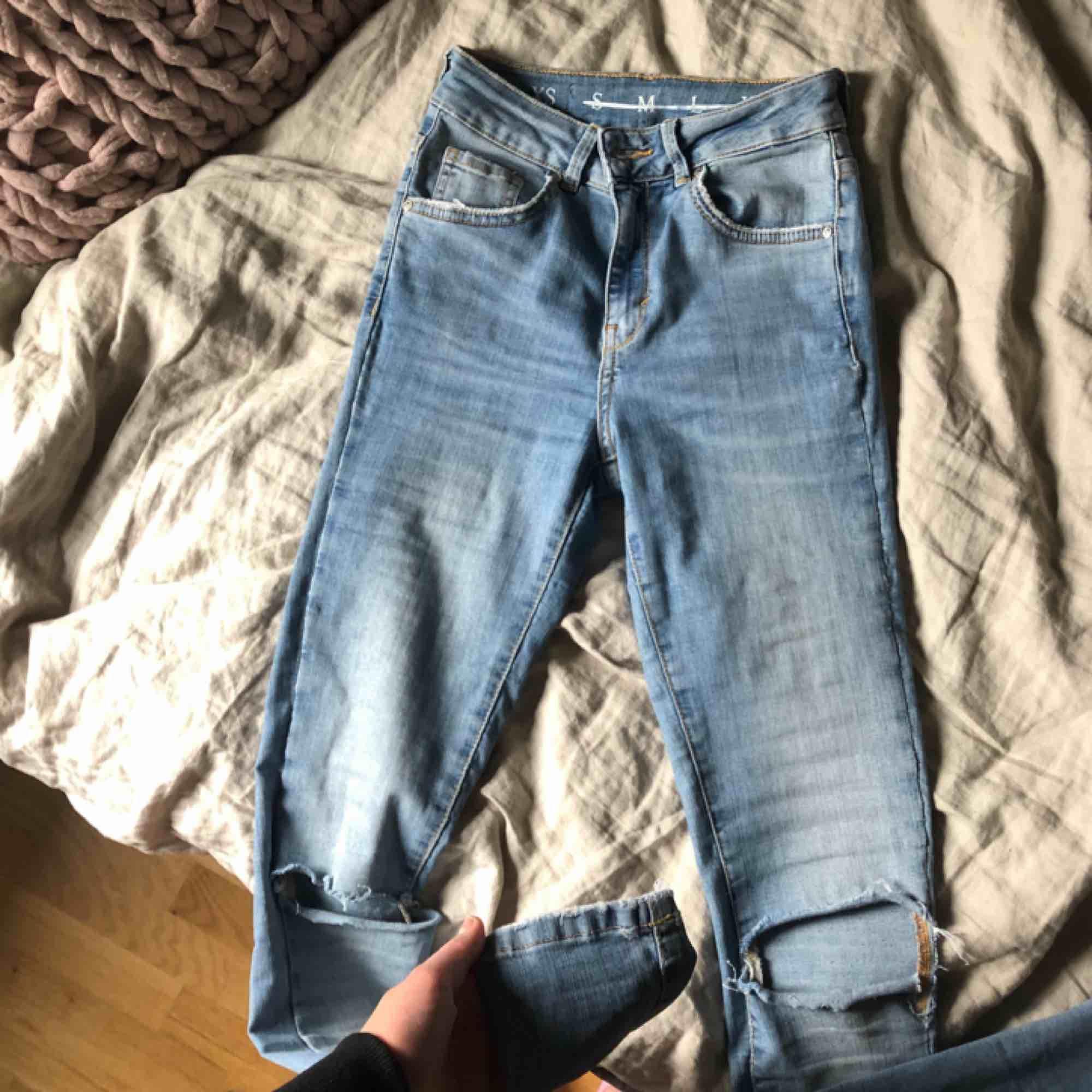 Stretchiga jeans från bik bok med hål på knäna! Säljs för att dom är lite för tajta på mig... i fint skick, nästan aldrig använda❤️. Jeans & Byxor.