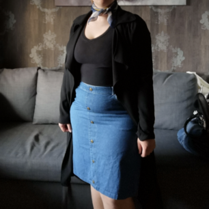 Skön Jens kjol med knappar på fram sidan om dragkedja vid rumpan.
