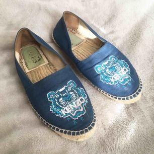 Espadrillos / sandaler / skor från Kenzo. Storlek 38 men något anpassade för platta fötter så är mer som 37. Inga skambud men kan tänkas gå ner något i pris vid snabb affär.