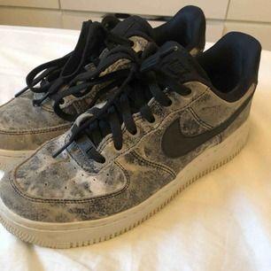 Nike air force one storlek 38 men funkar på mig med storlek 37, svarta med marmor mönster  knappt använda, inga synliga slitningar alls