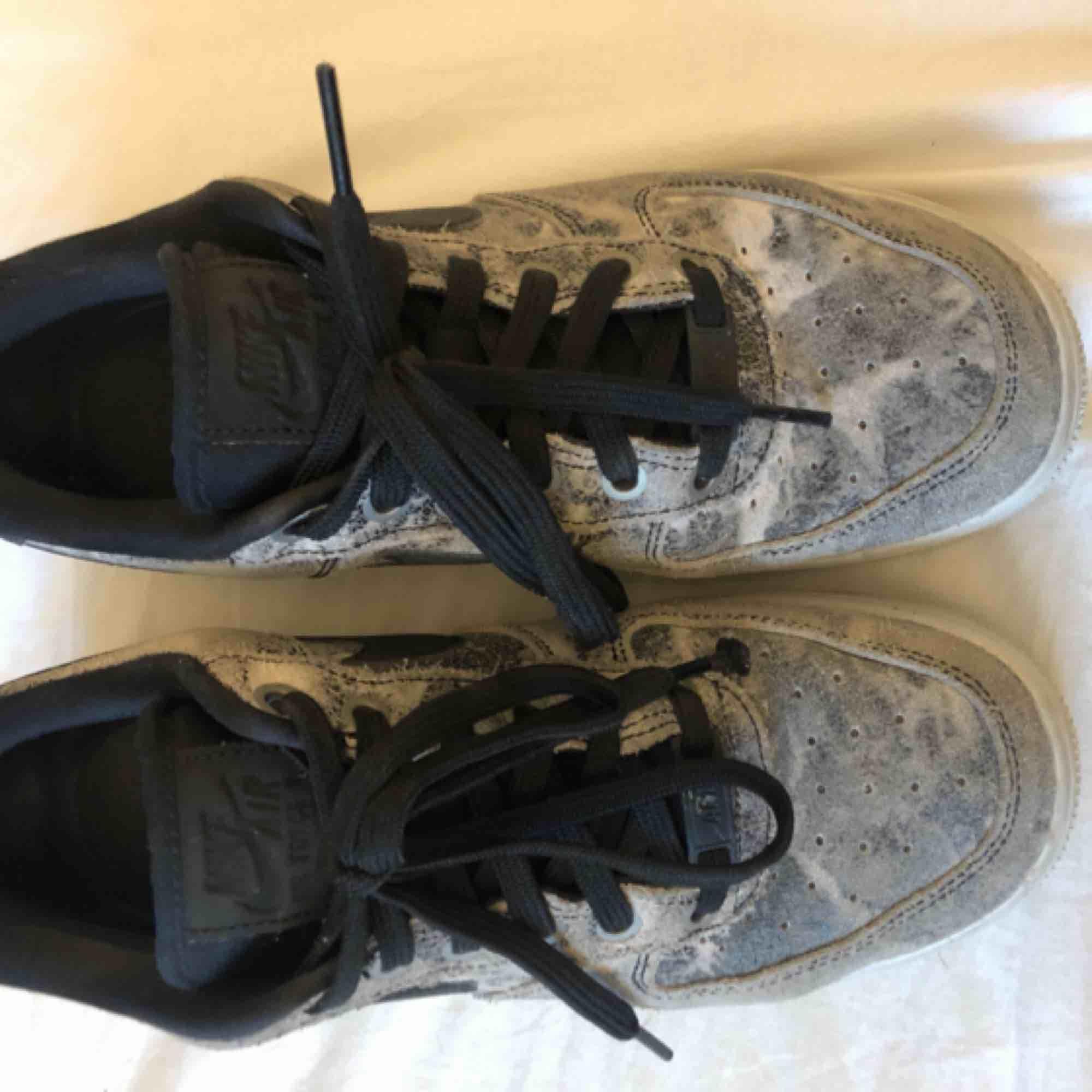 Nike air force one storlek 38 men funkar på mig med storlek 37, svarta med marmor mönster  knappt använda, inga synliga slitningar alls. Ordinarie pris 900. Skor.