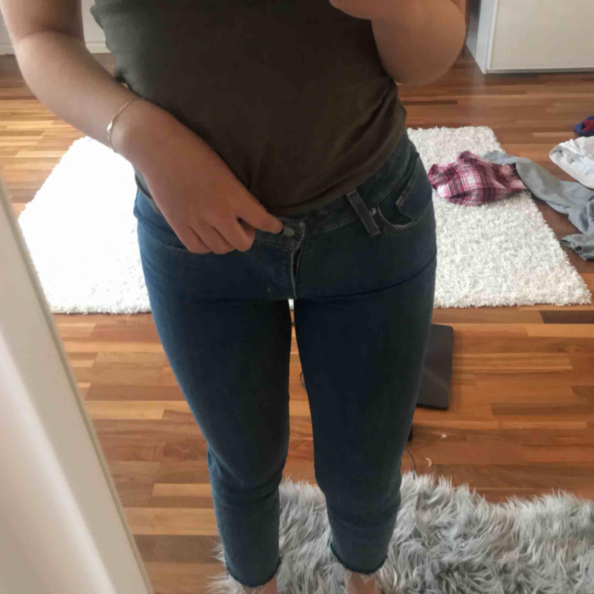 Levis jeans, avklippta i benen så väldigt korta i längden. Även en färgfläck där bak som tyvärr inte går bort, men syns inte så mycket när man har byxorna på. Kan mötas upp i Stockholm, köparen står för frakt.. Jeans & Byxor.