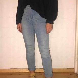 Ljusblå jeans från HM som används fåtal gånger. Är i storlek 38 men sitter som 36. Frakt ingår i priset 🦋
