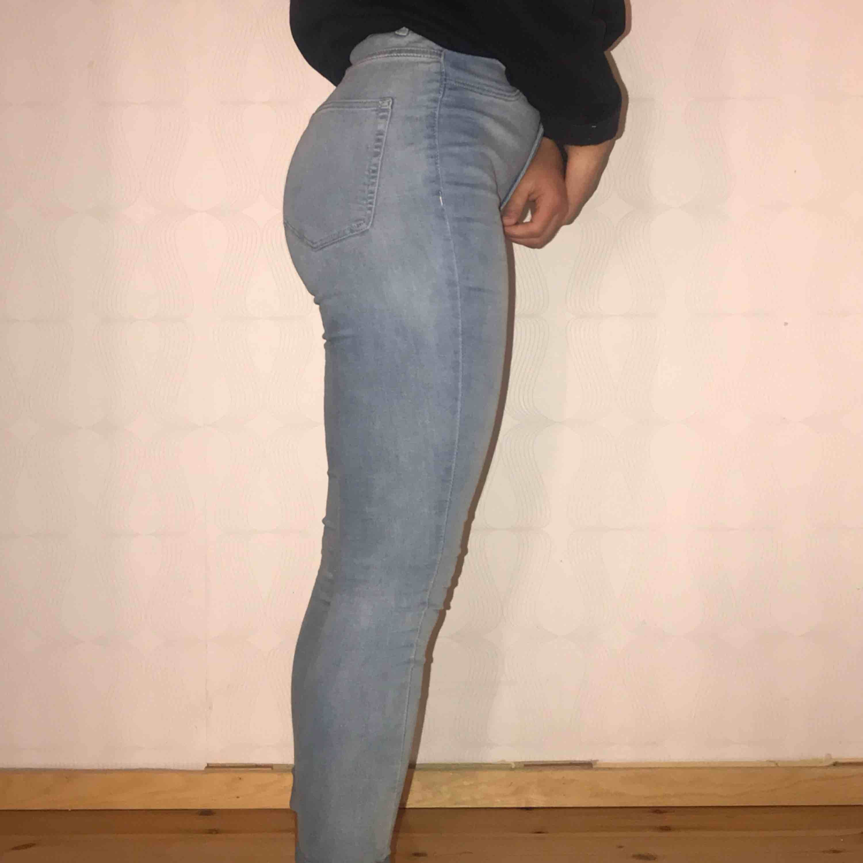 Ljusblå jeans från HM som används fåtal gånger. Är i storlek 38 men sitter som 36. Frakt ingår i priset 🦋. Jeans & Byxor.