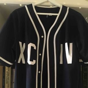 Baseball-skjorta från H&M. I fint skick. Köparen står för frakten!