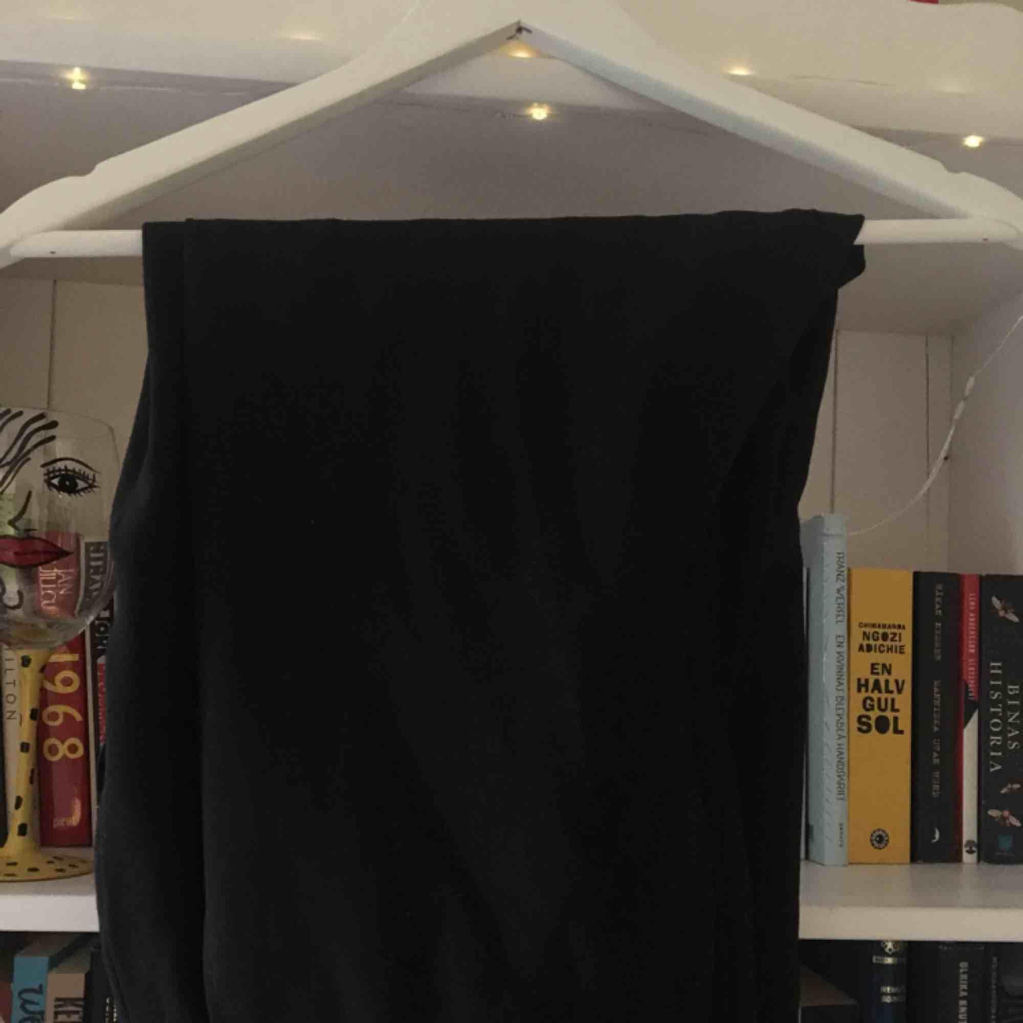 Svarta kostymbyxor köpt Second Hand. I fint skick, och vid intresse kan fler bilder fixas. Köparen står för frakten! . Jeans & Byxor.