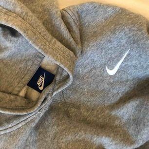 Nike hoddie i grå utan snören, i storlek s.  Fint skick