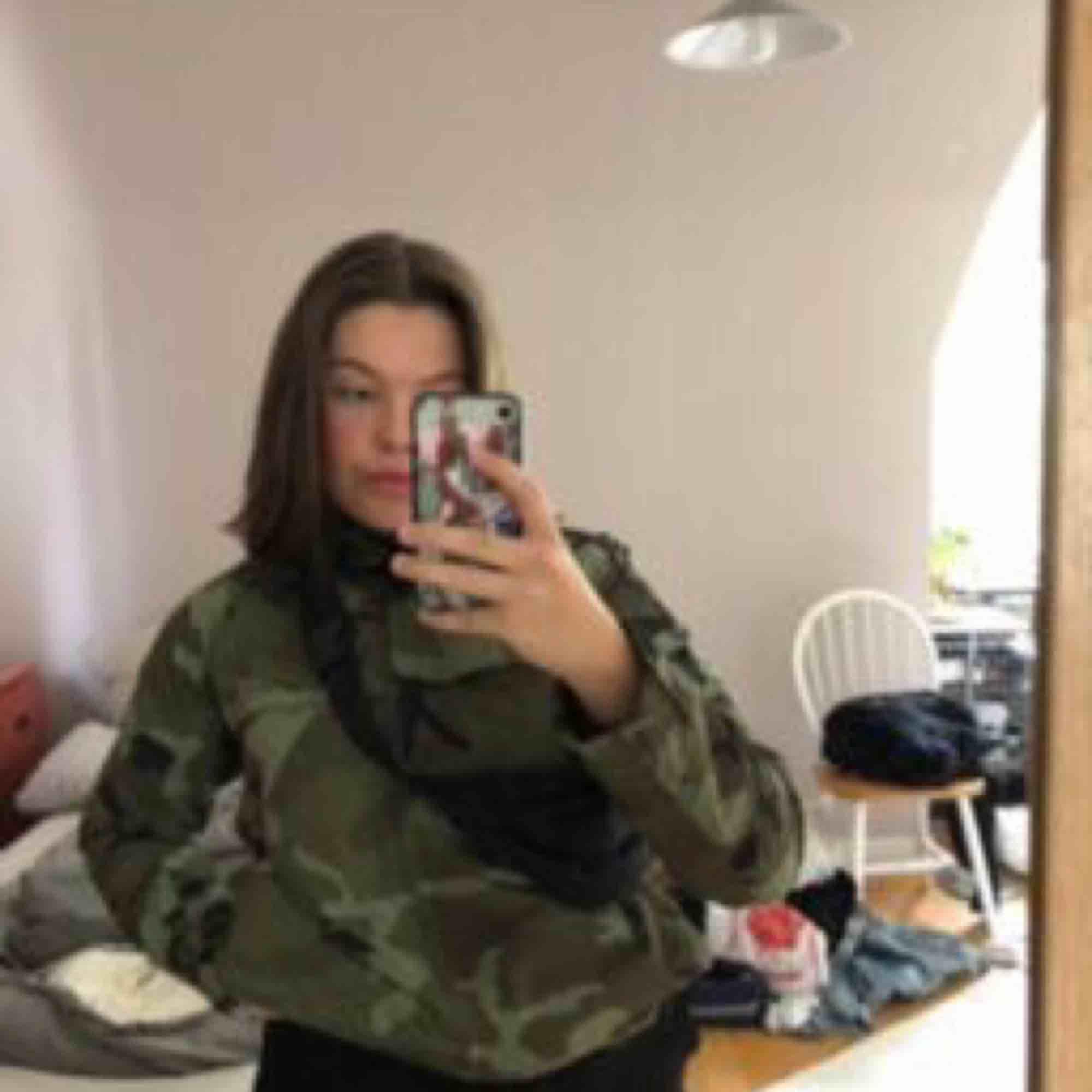 As ball kamouflage jacka från carhartt. Kommer inte till användning längre så därför säljs den vidare😭💖. Jackor.