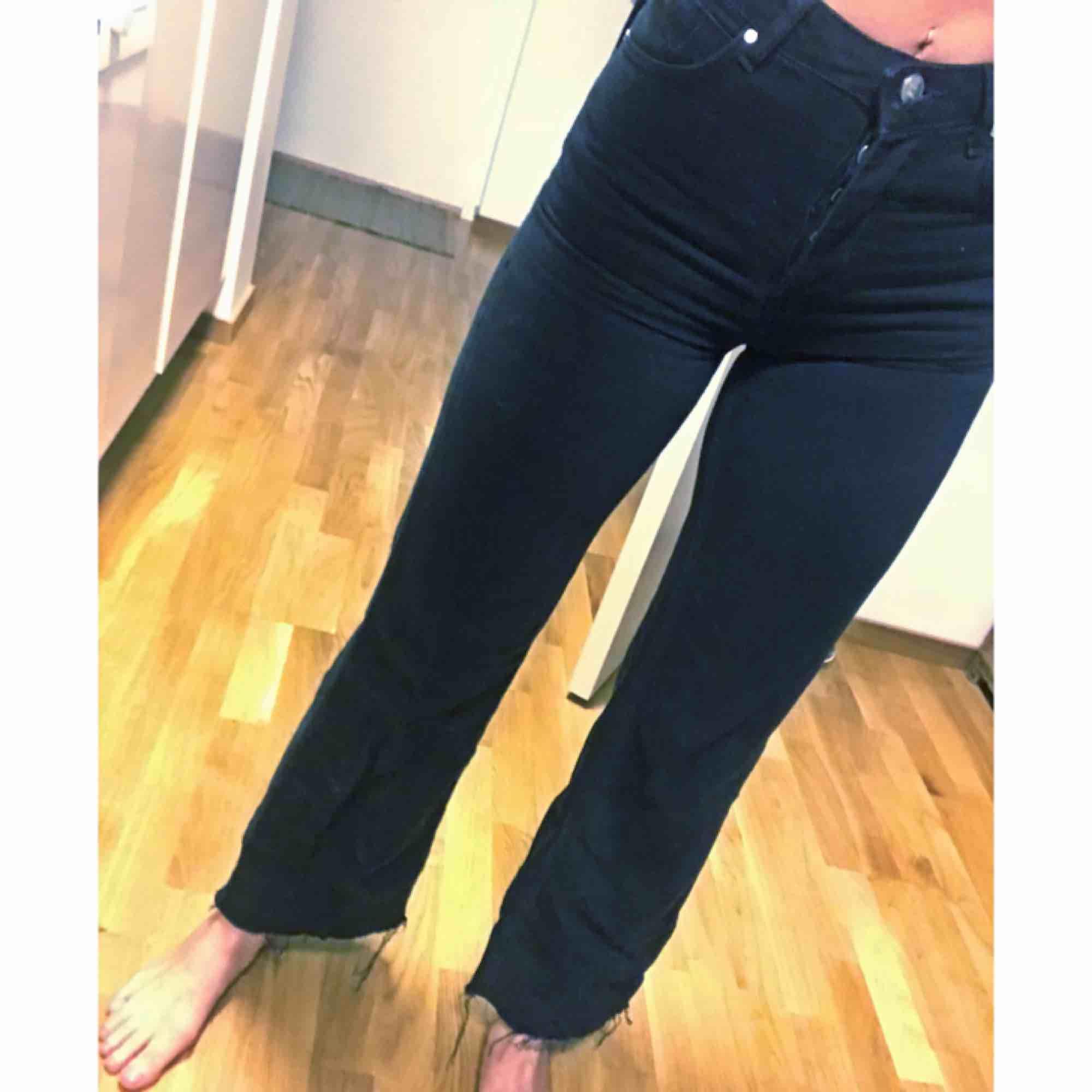 Skitsnygga jeans från BikBok, nypris 600 kr. Använt 2 gånger men är tyvärr lite för små för mig.  Hög midja och raka ben, rå byxkant nedtill. 200 kr inklusive frakt💫. Jeans & Byxor.