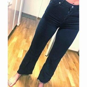 Skitsnygga jeans från BikBok, nypris 600 kr. Använt 2 gånger men är tyvärr lite för små för mig.  Hög midja och raka ben, rå byxkant nedtill. 200 kr inklusive frakt💫