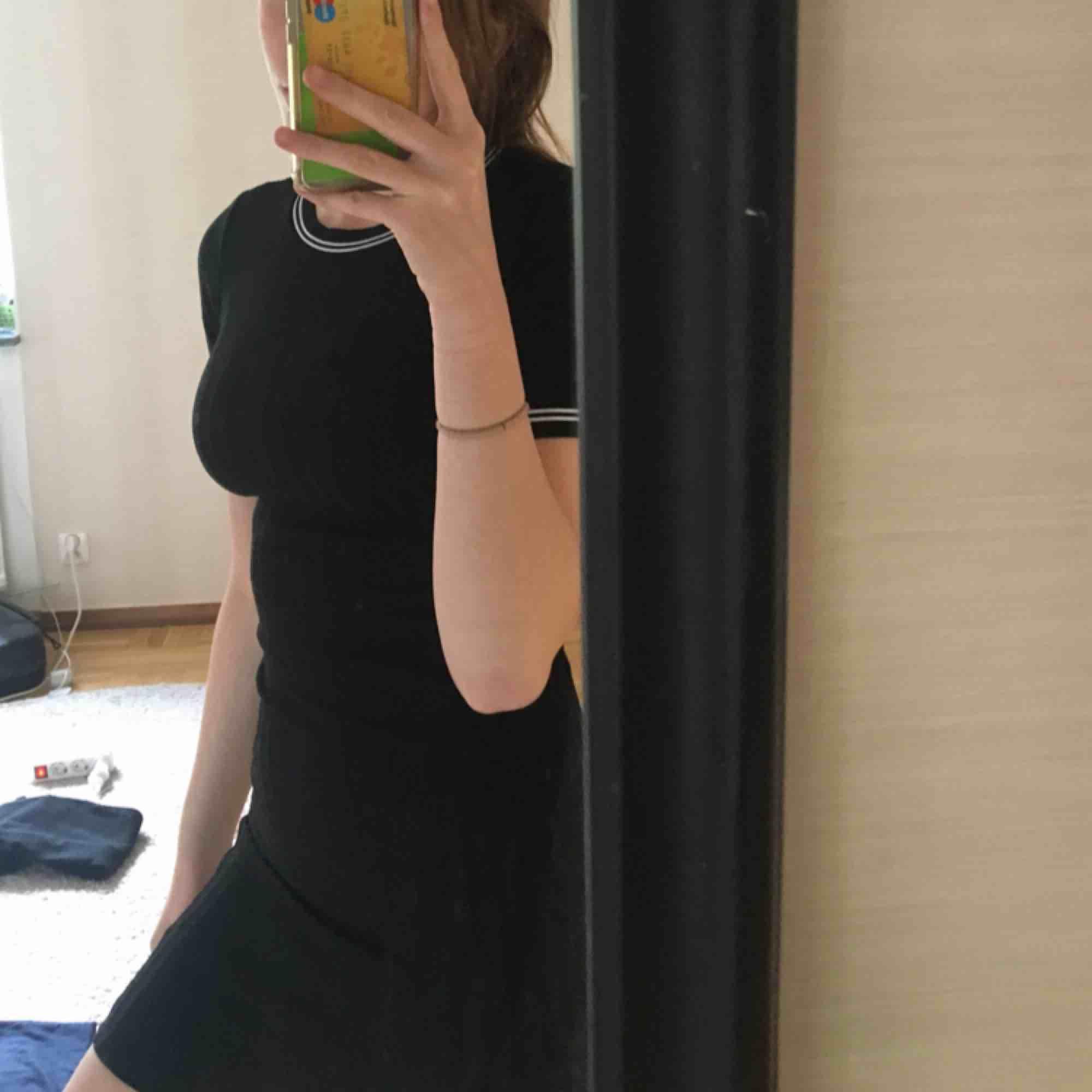 Super fin klänning från H&m frakten ingår på 140kr men kan sänkas vid snabba köp! Kommer ej till användning längre . Klänningar.