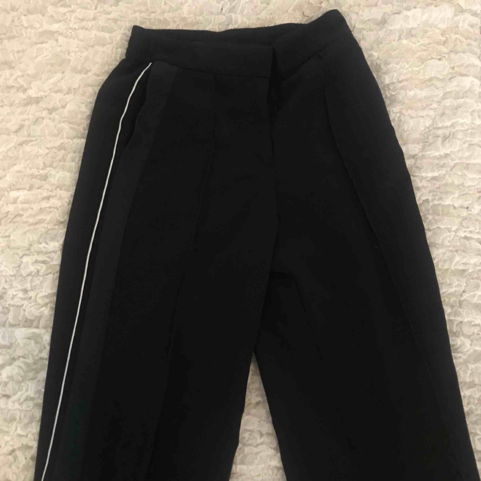 Kostymbyxor från monki, två sträck på varje sida av benet. Sparsamt använda och i bra kvalité. Priset är diskuterbart. Kan mötas upp i Stockholm annars syår köparen för frakt.. Jeans & Byxor.