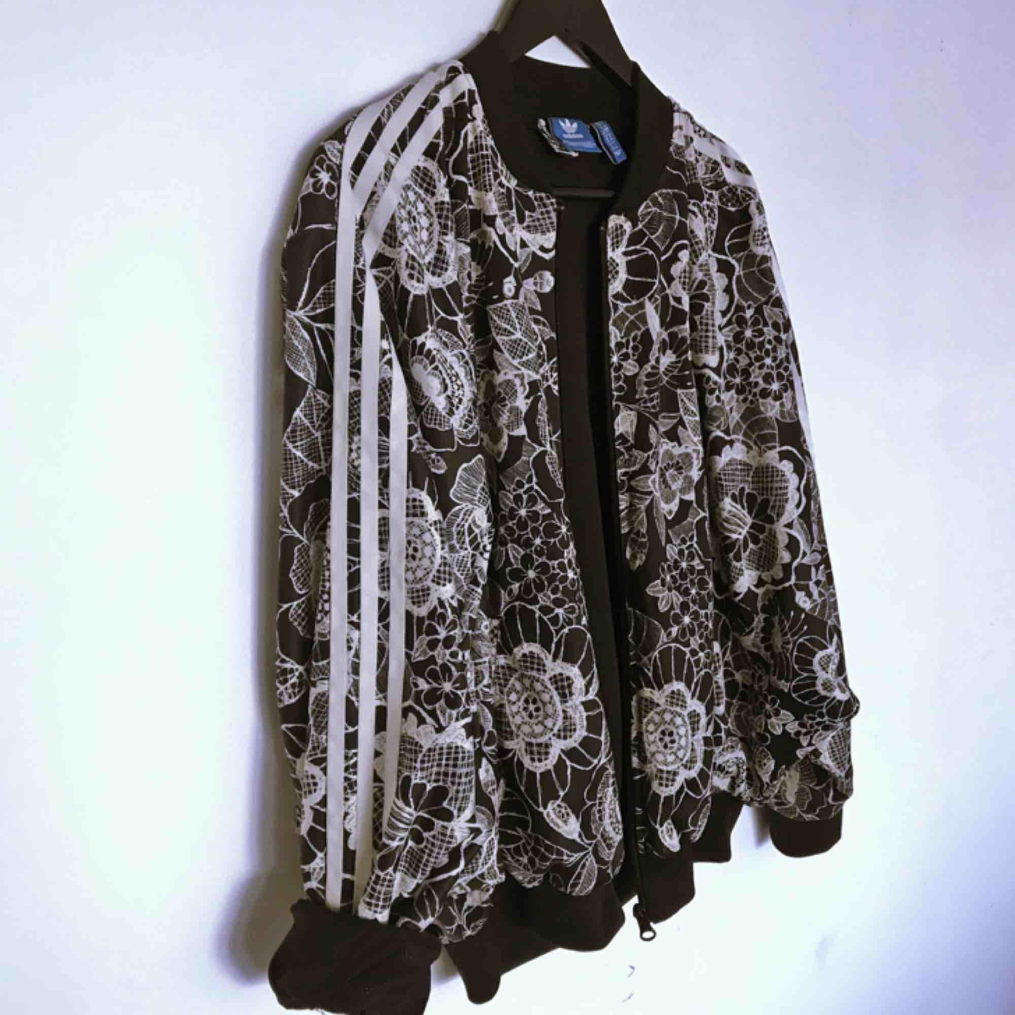 """Jacka/tröja från Adidas i nyskick! Lite oversize i modellen med """"fladdermus-armar"""". . Jackor."""