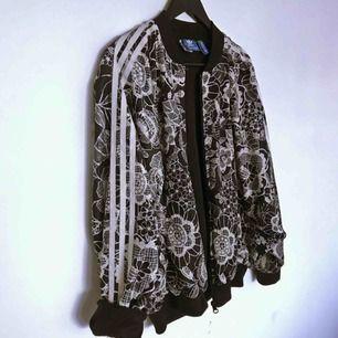 """Jacka/tröja från Adidas i nyskick! Lite oversize i modellen med """"fladdermus-armar""""."""