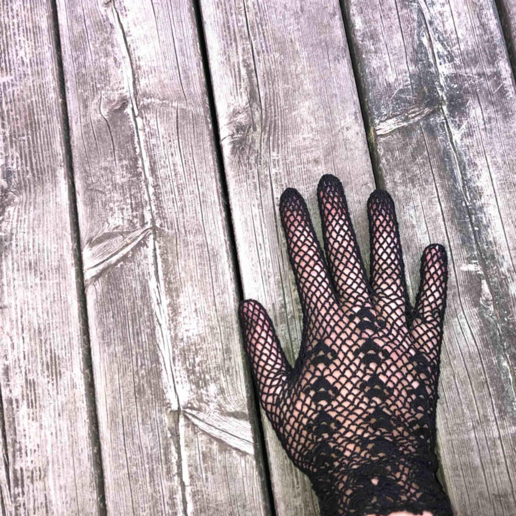 Säljer skit coola handskar På tredje bilden ser ni att dem är lite förstörda, men det syns annars inte ☺️. Accessoarer.