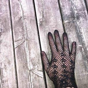 Säljer skit coola handskar På tredje bilden ser ni att dem är lite förstörda, men det syns annars inte ☺️
