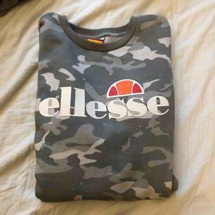 Ellesse sweatshirt i militärmönster storlek s men den är ganska stor, använd få gånger